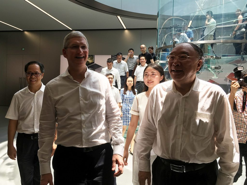 Tim Cook and former Chongqing Mayor Huang Qifan at Apple Jiefangbei date: August 17, 2016 Author: Junyi Lou https://creativecommons.org/licenses/by-sa/4.0/deed.zh https://en.wikipedia.org/wiki/zh:%E7%9F%A5%E8%AF%86%E5%85%B1%E4%BA%AB https://creativecommons.org/licenses/by-sa/4.0/deed.zh License Agreement.